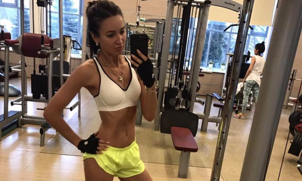 Худая Бузова в спортивном зале после долгого перерыва «растряхнула накопившийся жир»