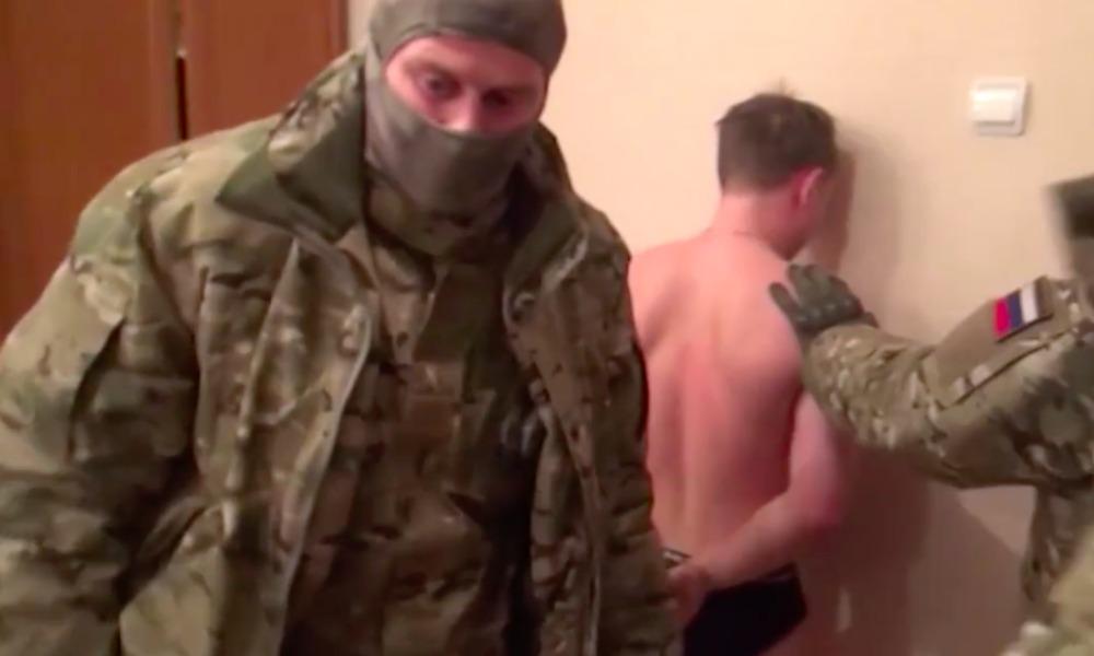 В Сети опубликовано видео задержания силовиками группы укравших миллиард рублей хакеров