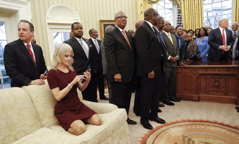 Пользователи возбудились от раскованной позы советника Трампа в Овальном кабинете Белого дома