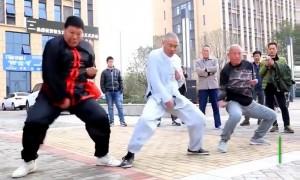 Мастер кунг-фу держит удар по самым болезненным точкам тела