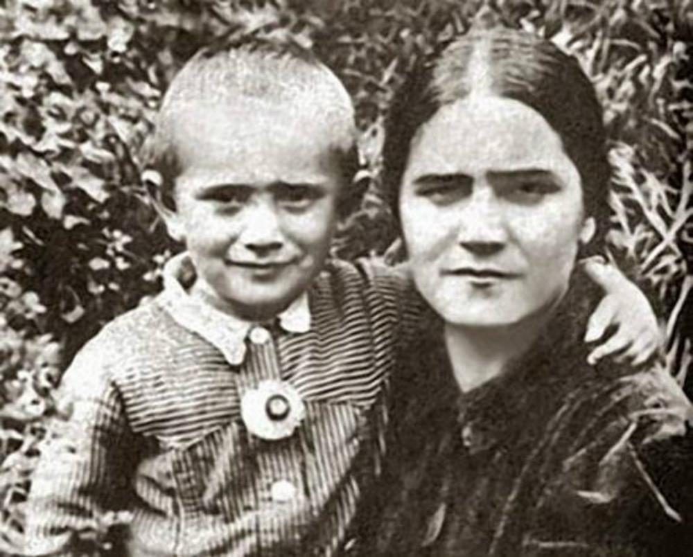 Армен Джигарханян с матерью