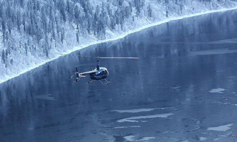 Очевидцы сообщили о рухнувшем в озеро экскурсионном вертолете Robinson на Алтае