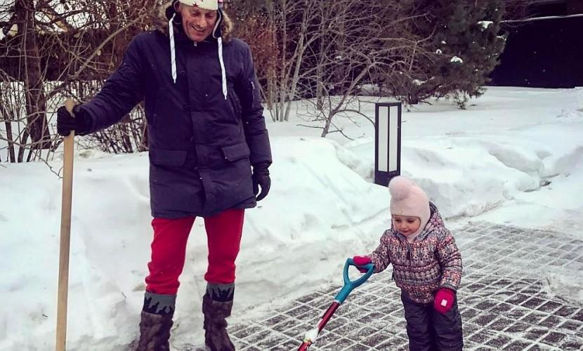 Татьяна Навка показала, как ее маленькая дочь помогает отцу чистить снег