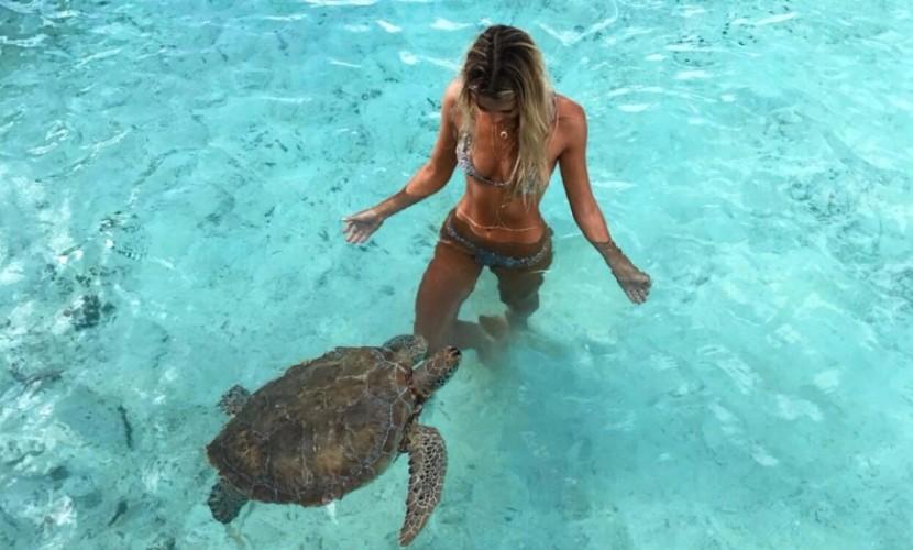 Новой звездой соцсетей стала австралийка, которая путешествует и снимается с экзотическими животными