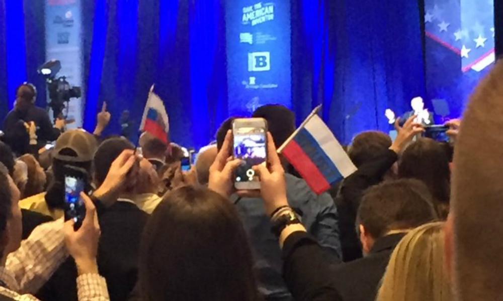 Противники Трампа попытались устроить провокацию с использованием российских флажков