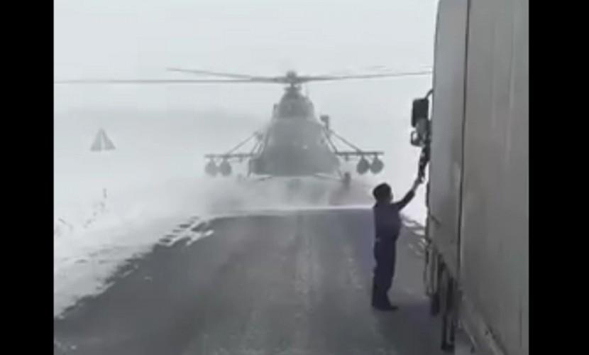 Пилот посадил вертолет на трассу, чтобы спросить дорогу