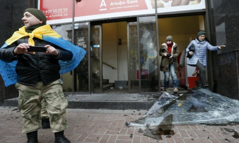 Украинские радикалы напали на офис Альфа-Банка в Киеве