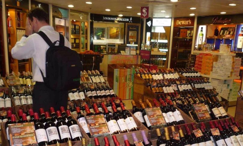 Министр транспорта выступил против требования сдавать алкоголь из duty free в багаж