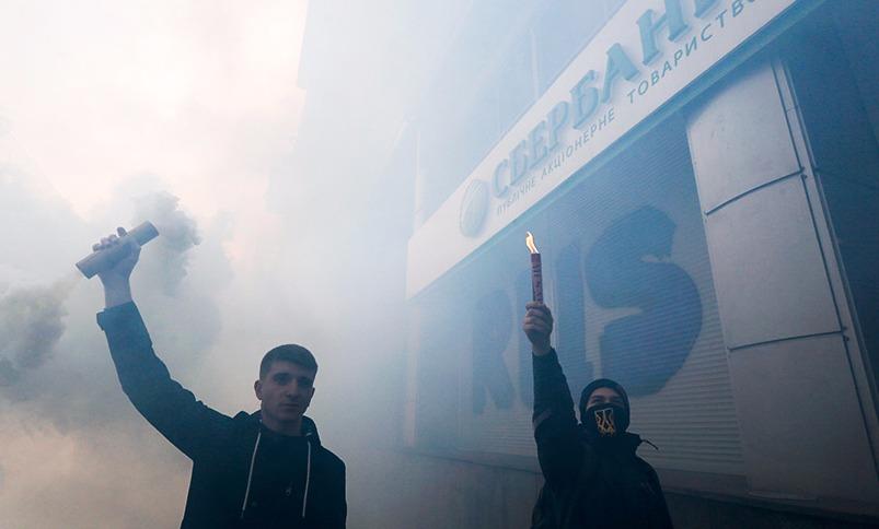Украинские власти поддержали радикалов обещанием ввести санкции против российских банков