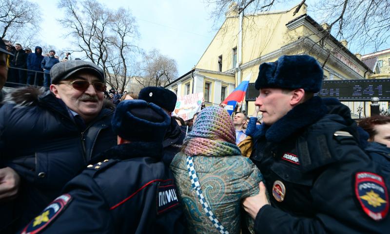 Опубликовано видео задержания участников митинга против коррупции во Владивостоке