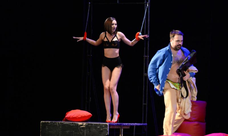 Ольга Бузова вышла на театральную сцену в нижнем белье