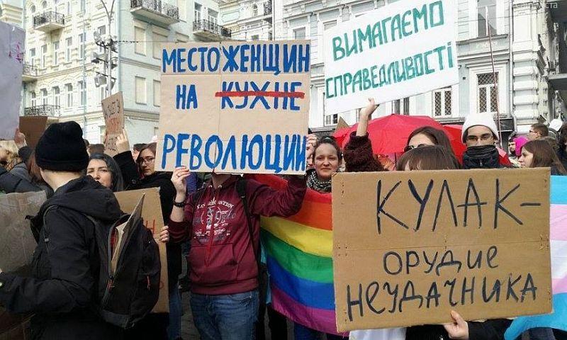 Мужчины-радикалы с кефиром и зеленкой напали на участниц феминистского марша в Киеве