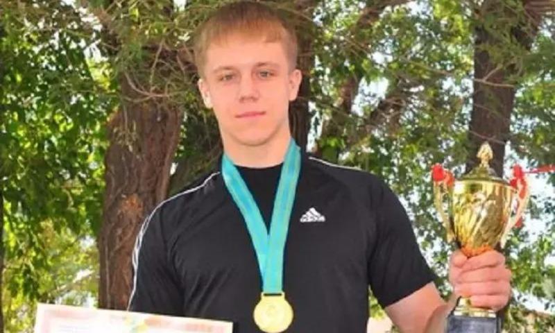 Чемпиона мира по пауэрлифтингу зарезали в драке со студентами в Казахстане