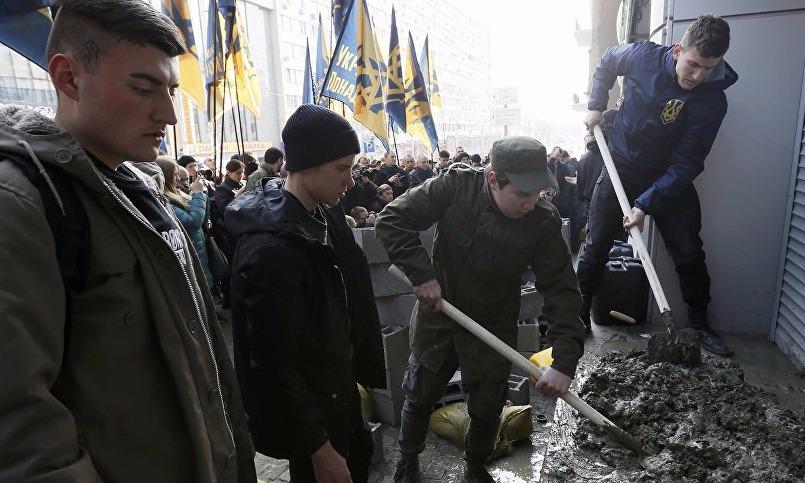 Опубликовано видео заложенного кирпичами офиса Сбербанка в Киеве
