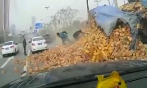 Двое китайцев отделались только испугом после падения на них грузовика с кирпичами