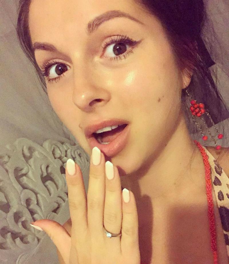 Певица демонстрирует помолвочное кольцо