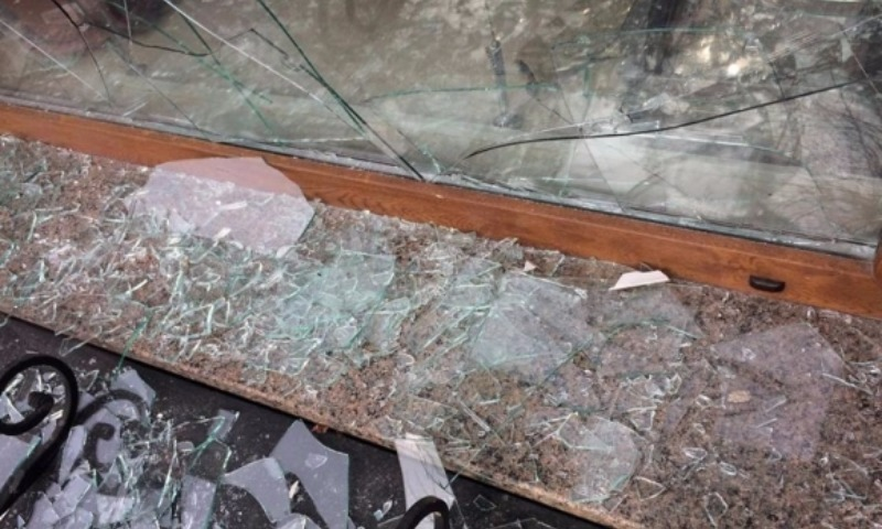 Злоумышленники разбили окна в офисе Сбербанка в центре Луцка