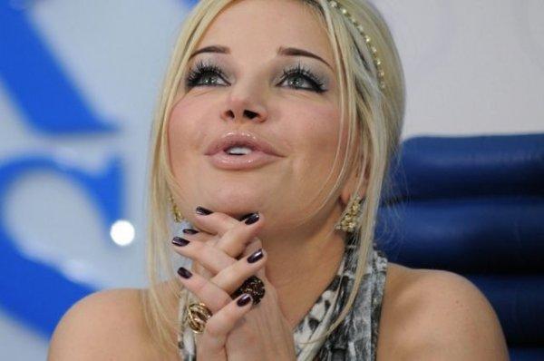 Сбежавшая оперная певица Мария Максакова напоследок сняла в Москве откровенный попсовый клип