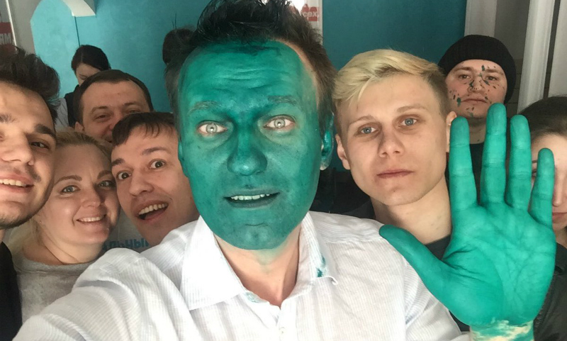 Алексей Навальный пришел на открытие штаба в Барнауле с зеленым лицом
