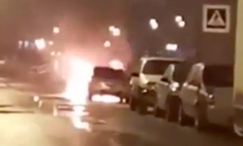 Опубликовано видео с места поджога мужчиной машины бывшей девушки в Санкт-Петербурге