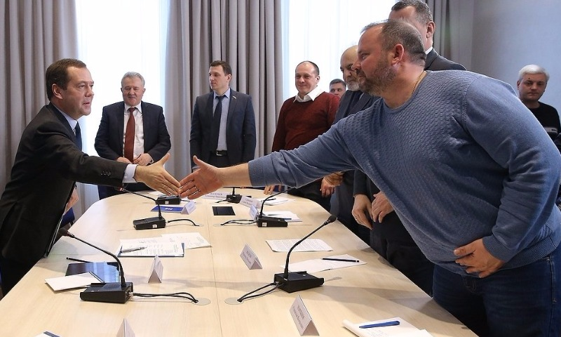 Медведев после встречи с дальнобойщиками своим постановлением увеличил тариф «Платона»