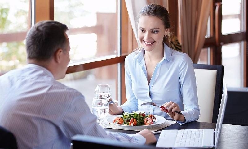 Компания из США выяснила, что жители России стали меньше ходить в обеденный перерыв в рестораны