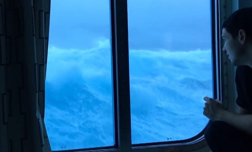 Видео пассажиров лайнера с«девятым валом» стало хитом всети интернет