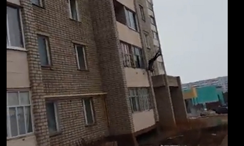 Очевидцы, смеясь, снимали на видео женщину, сорвавшуюся с балкона