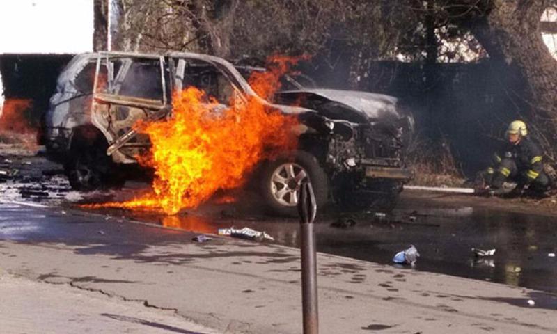 Опубликованы фото и видео с места подрыва в Мариуполе автомобиля полковника контрразведки СБУ