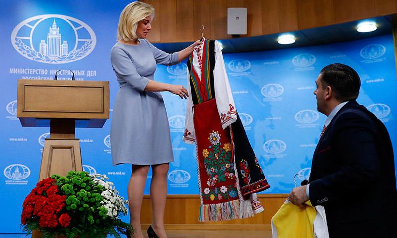 Видео вручения Захаровой болгарских нарядов для нее и дочки опубликовано в Сети