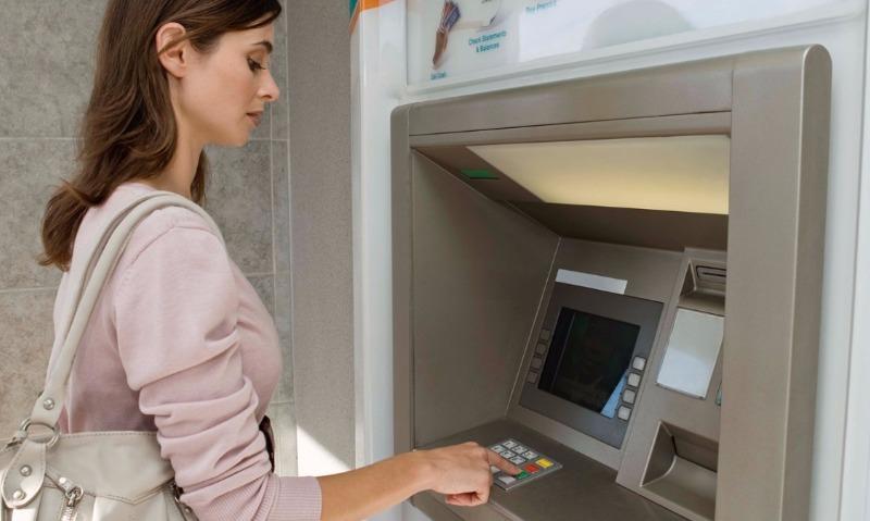 Компания Visa разрешила банкам брать комиссию с клиентов за снятие личных денег в банкоматах