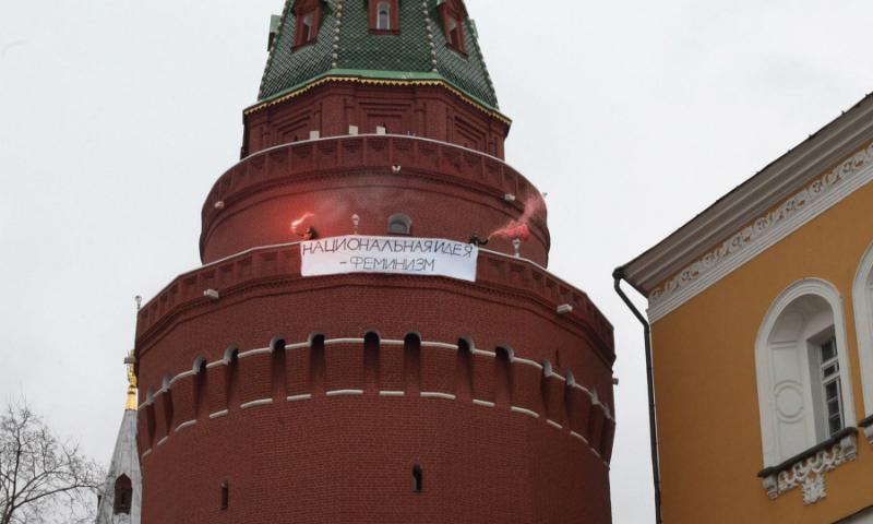 Опубликовано видео захвата феминистками стены и башни Кремля