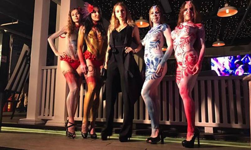Известный французский писатель зажег в Москве с ярко раскрашенными обнаженными моделями