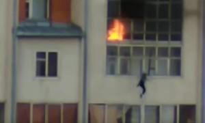 Опубликовано видео спасения мальчика, прыгнувшего из окна квартиры в Томске