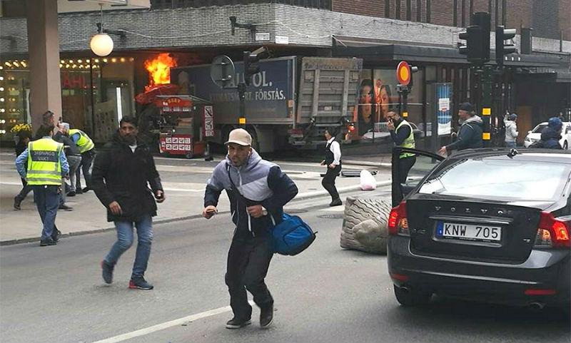 Первые кадры с места наезда грузовика на толпу в Стокгольме появились в Сети
