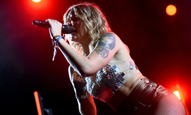Шведская певица показала обнаженную грудь во время исполнения песни о страстном сексе
