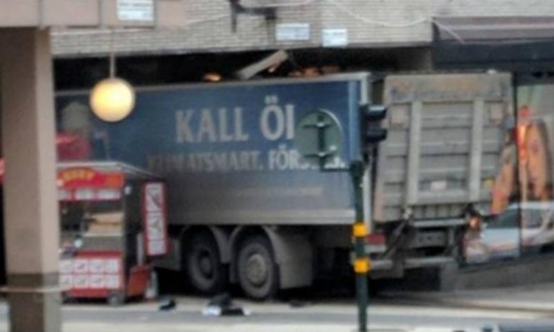 Фургон таранил толпу вСтокгольме: есть раненные