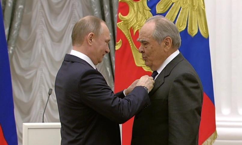 Великолепная пятерка: новых Героев труда России наградил Путин в Кремле