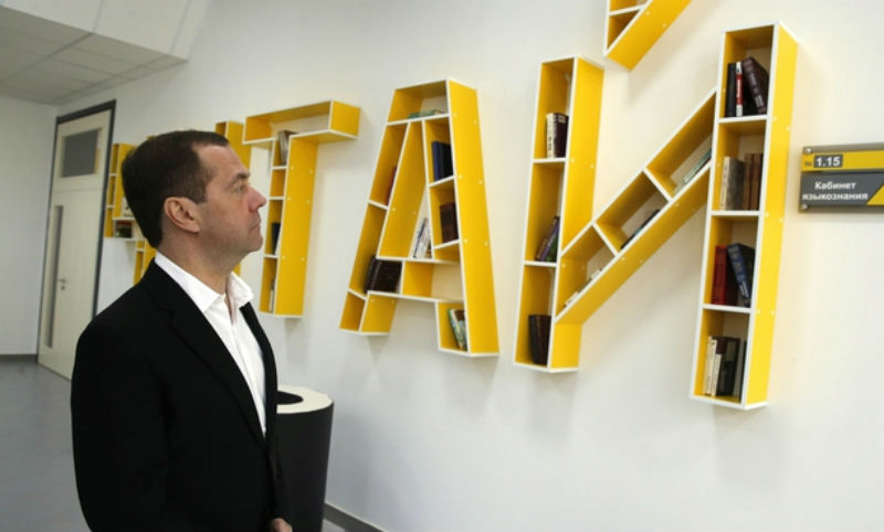 «Компот» и «чушь»: Медведев ответил на обвинения в коррупции