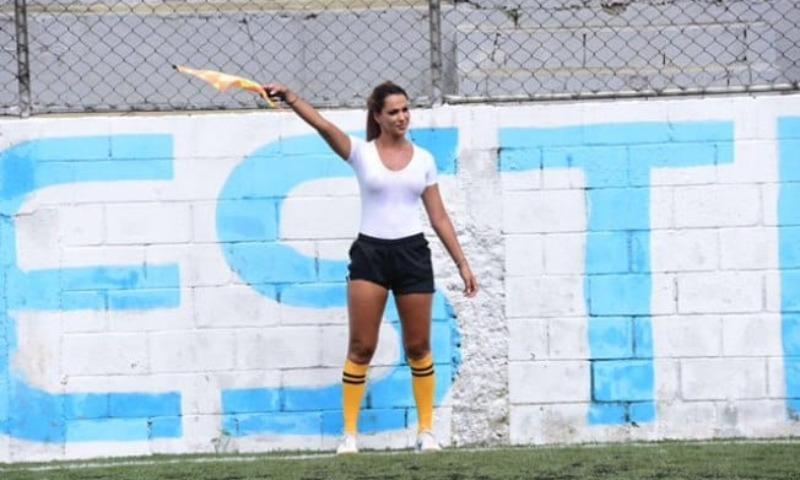 Отсудившая в Бразилии футбольный матч в мокрой майке девушка взбудоражила любителей спорта