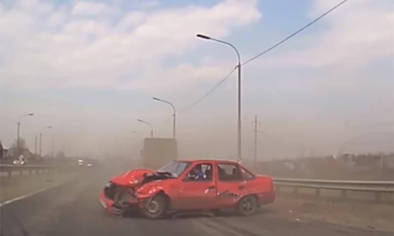 Грузовик раздавил легковушку с очень везучим водителем