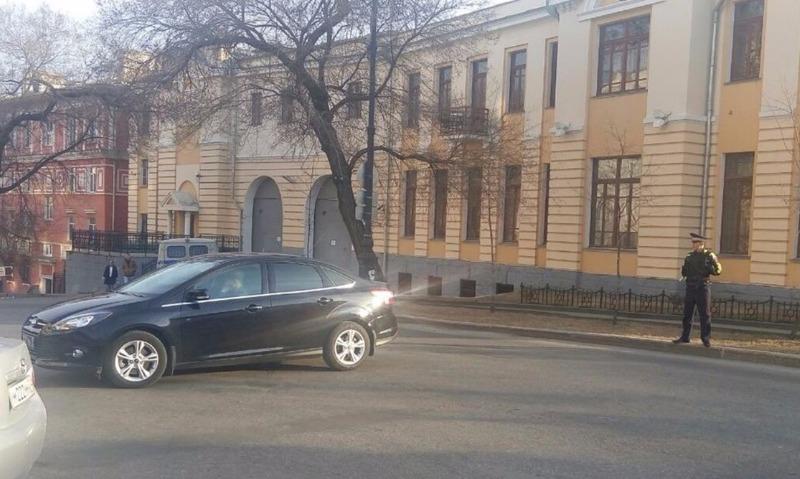 На здание краевого Управления ФСБ в Хабаровске с