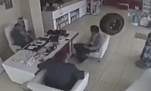 Берегись автомобиля: в Турции в аптеку влетело колесо