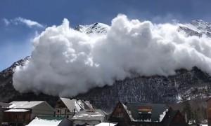 Начавшаяся лавина перепугала людей в поселке в Приэльбрусье
