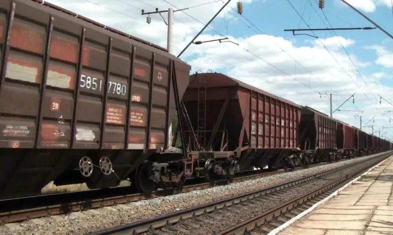 Товарный поезд врезался в школьный автобус в Омской области