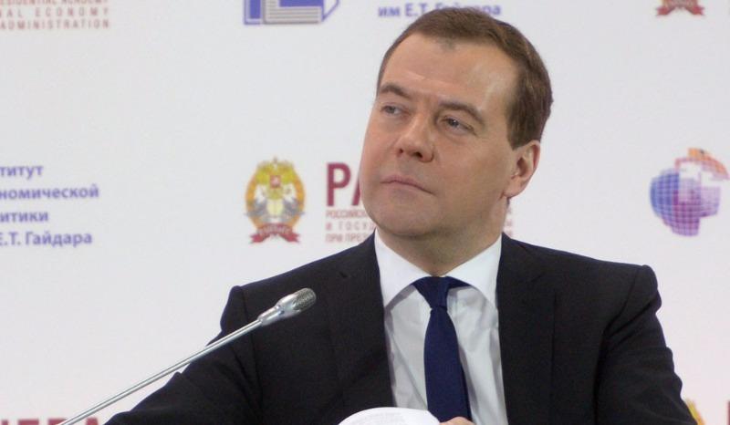 «Пусть коленки не трясутся» - Медведев потребовал от Грефа успокоить аграриев