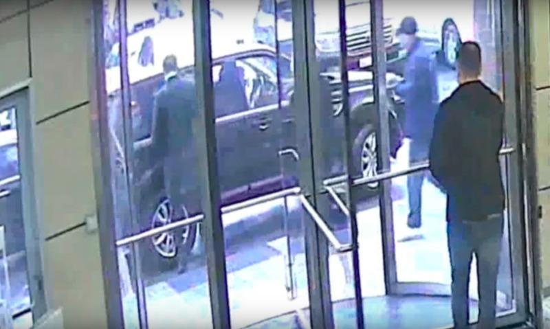 Опубликовано видео нападения мужчины с зеленкой на Навального в Москве