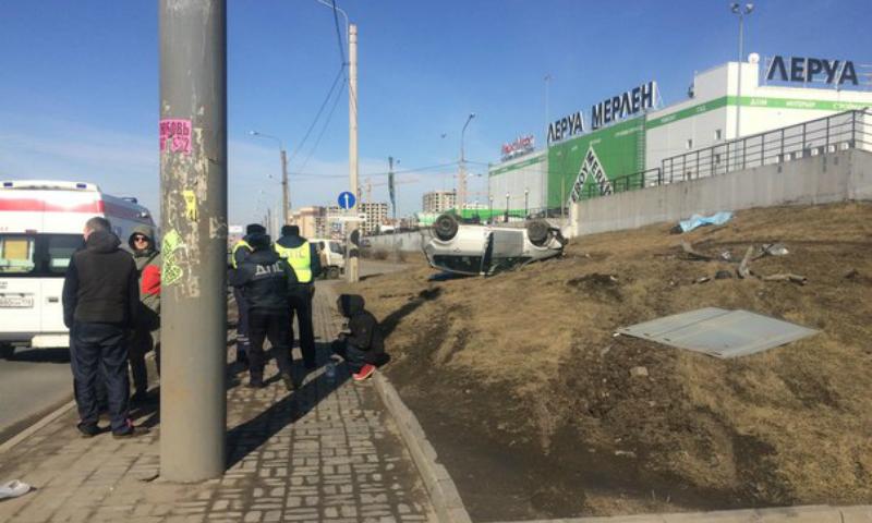 Иномарка на огромной скорости сбила пешеходов на тротуаре в Санкт-Петербурге: есть погибшие