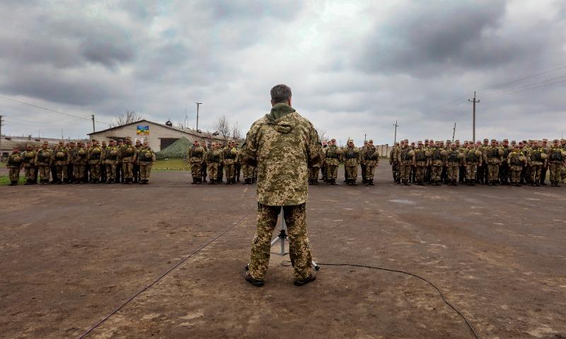 Порошенко назвал число убитых в зоне АТО в 2017 году и вновь пообещал