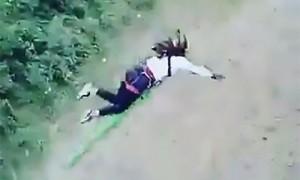 Шокирующее видео: в Боливии перед прыжком с моста не рассчитали длину веревки